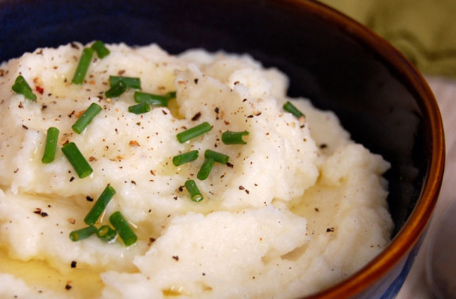 "Garlic Cauliflower ""Mashed Potatoes"" #keto #lowcarb #highfat #theketodiet #ketochristmas #ketothanksgiving"